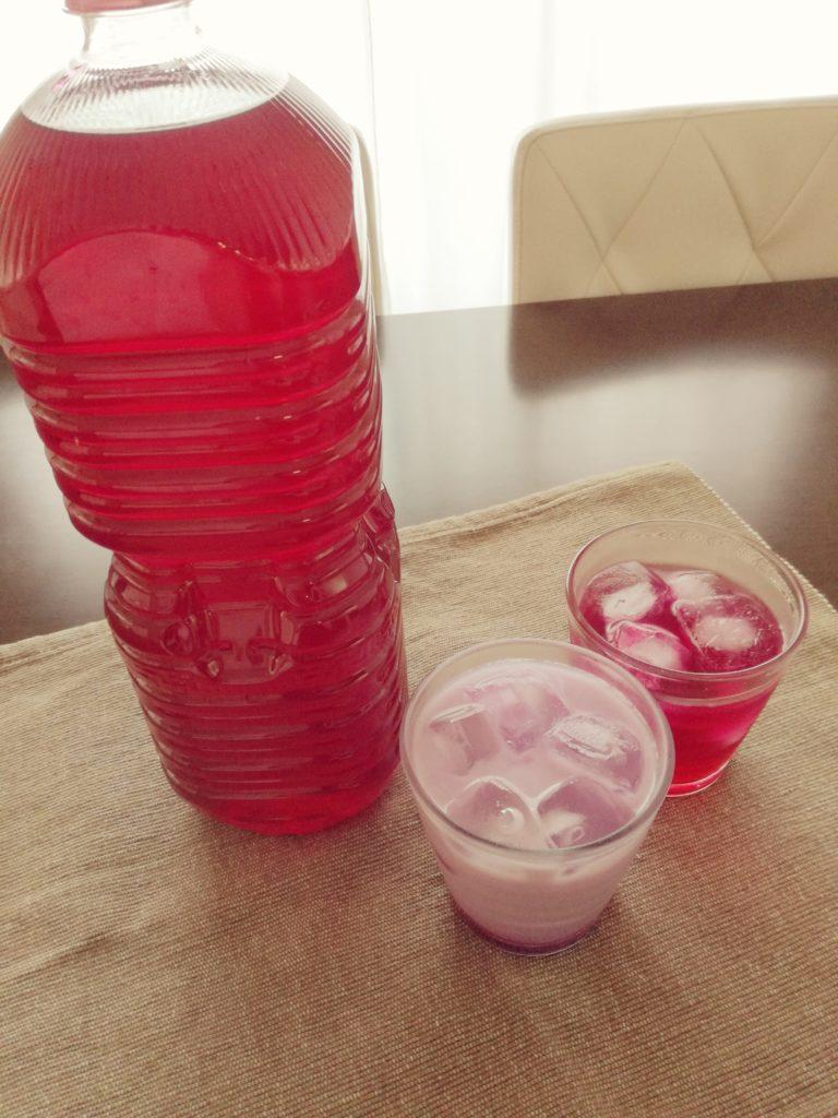赤しそジュース容器に移した