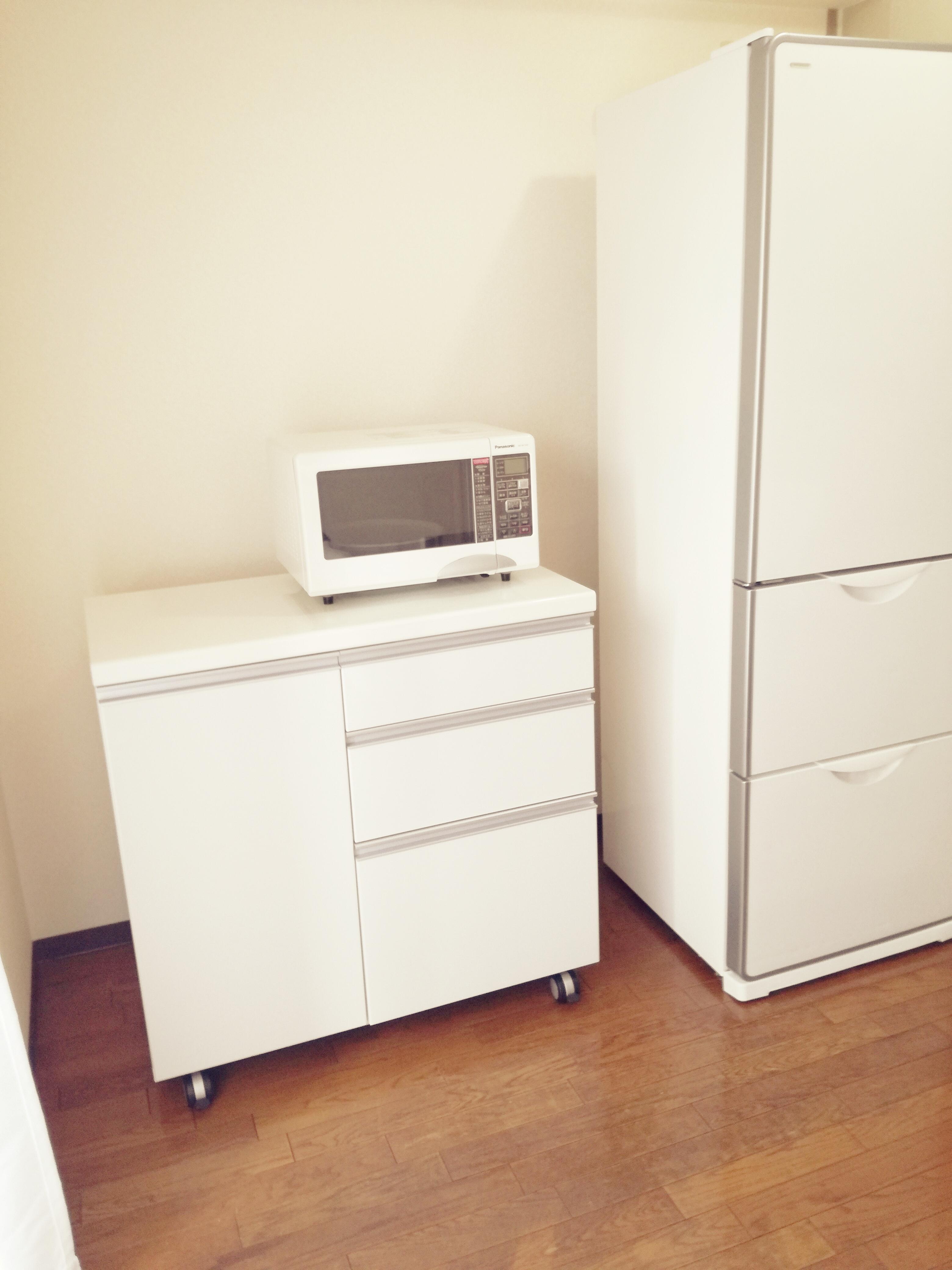 キッチンカウンターと冷蔵庫。