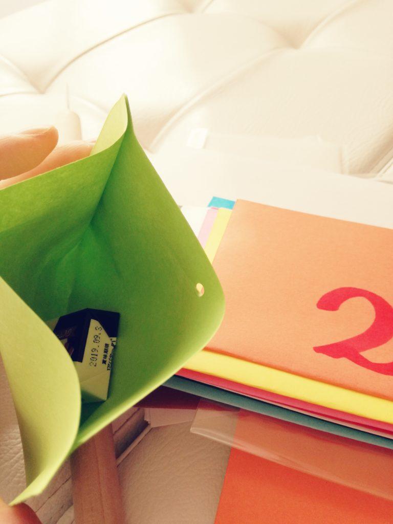色画用紙袋に菓子を入れるところ