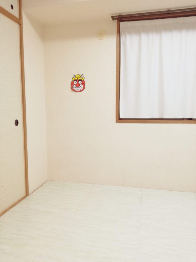 壁に鬼のお面を貼る2